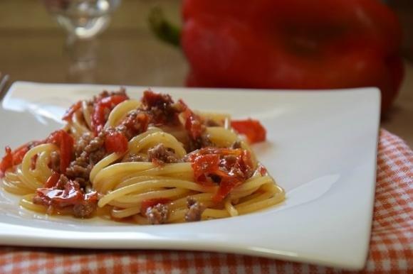 Spaghetti con peperoni, salsiccia e pomodorini