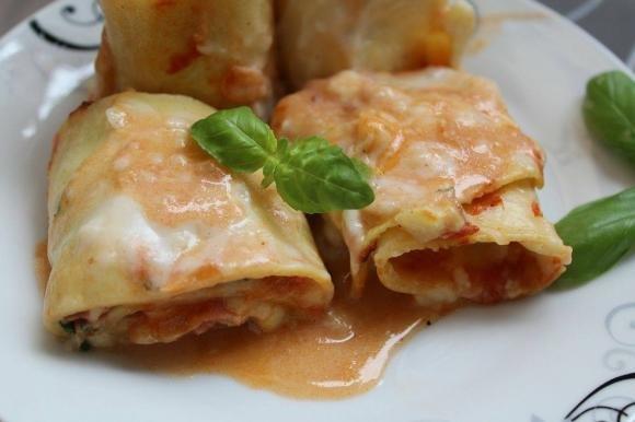 Girelle di lasagne ripiene di mozzarella, prosciutto e rucola