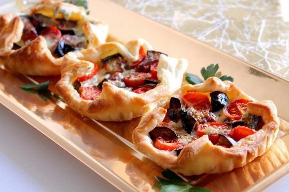 Cestini di sfoglia con melanzane, pomodorini e gorgonzola