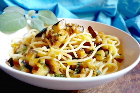 Spaghetti con soffritto di porro, melanzane fritte e salvia