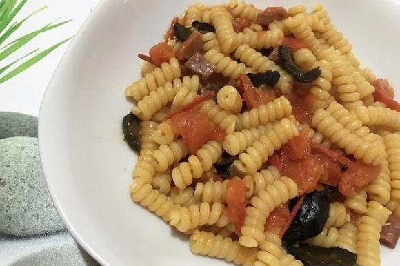Fusilli con pomodorini, olive nere e pancetta