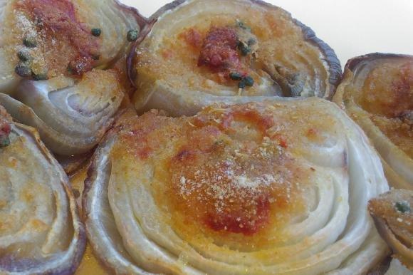Cipolle rosse gratinate al forno con pomodoro e capperi