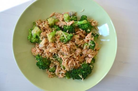Insalata di riso con salmone e broccoli in salsa teriyaki