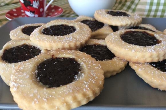 Biscotti tirolesi con marmellata di ciliegie