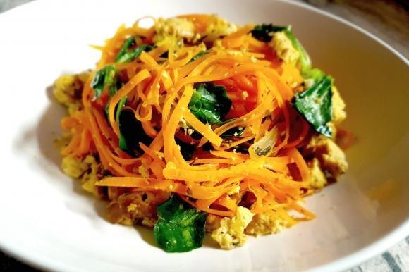 Spaghetti di carote con tofu affumicato e valeriana