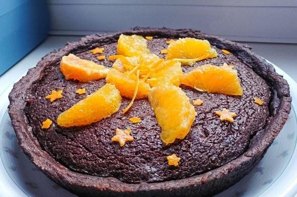 Crostata al cacao con brownie al cioccolato, arance e noci