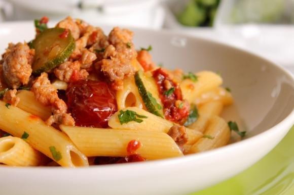 Penne rigate con salsiccia piccante, zucchine e pomodori secchi