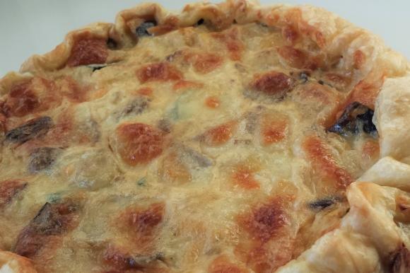 Torta salata con verdure, mozzarella e panna