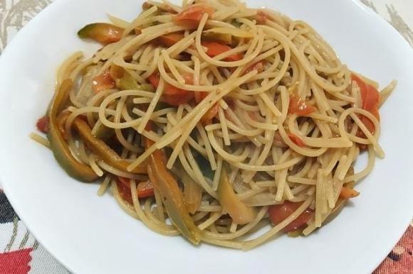 Spaghetti integrali con peperoni e pomodorini