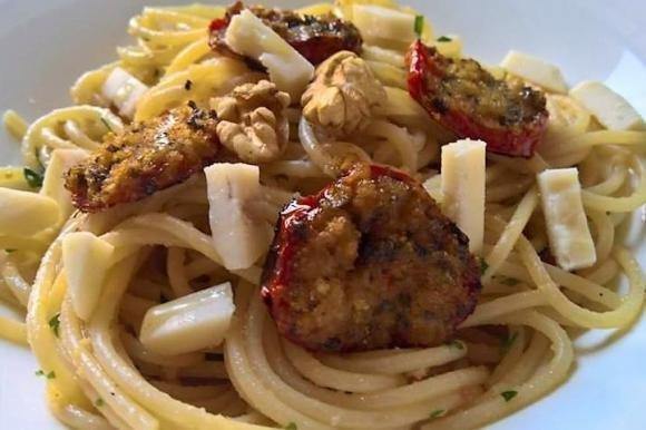 Spaghetti con pomodorini al forno, formaggio e noci