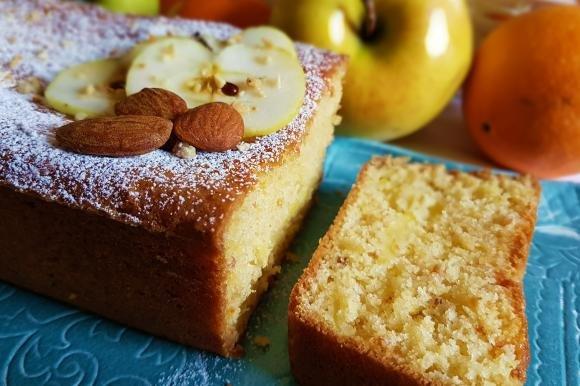 Plumcake alle mele con succo d'arancia, nocciole e mandorle