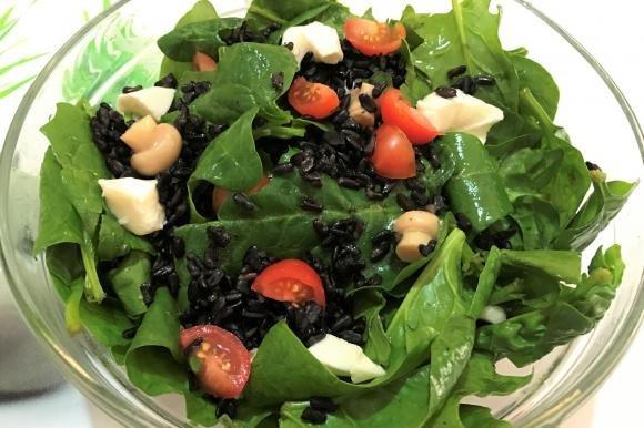 Insalata di spinaci con riso venere, mozzarella, funghi e pomodori