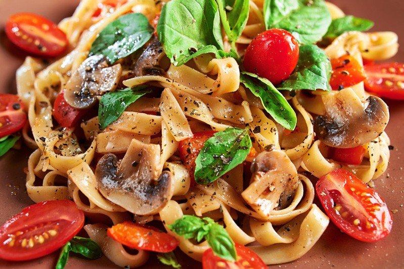 Tagliatelle funghi e pomodorini - Fidelity Cucina