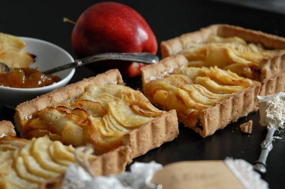 Crostata di castagne con marmellata e mele caramellate