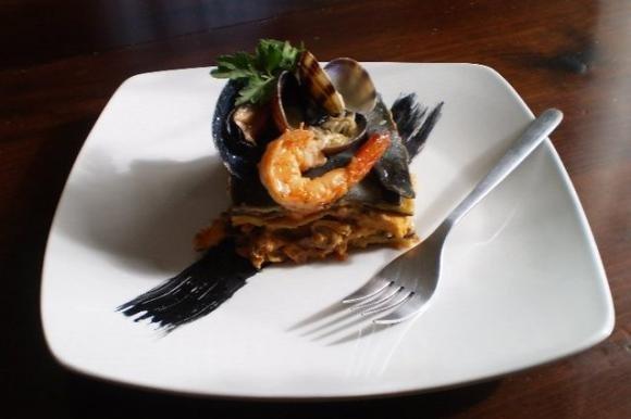 Lasagne bianche e nere con molluschi e crostacei