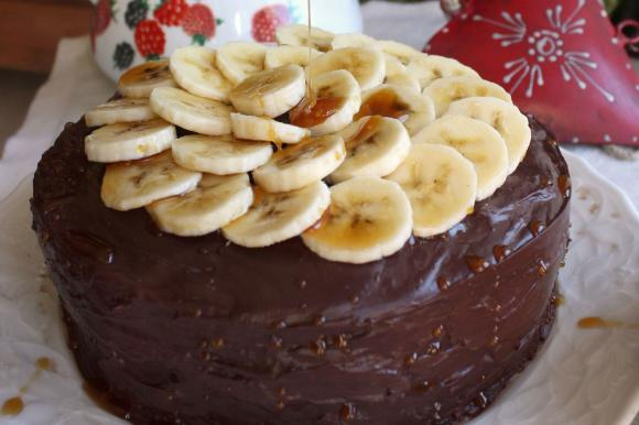 Torta banana e cioccolato con salsa al caramello salato