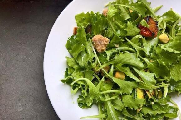 Insalata con tonno, verdure grigliate, pomodorini, olive e crostini
