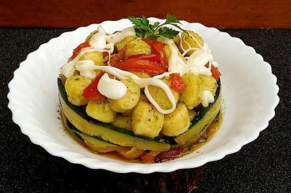 Timballo di gnocchi con verdure e mozzarella