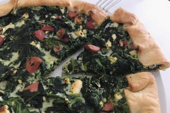 Torta salata con spinaci, feta e wurstel