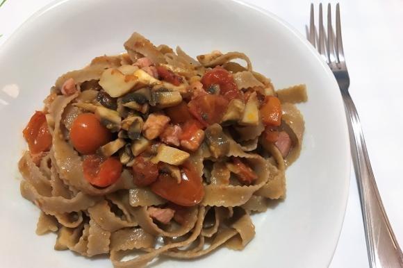 Tagliatelle integrali con pomodorini, funghi e pancetta