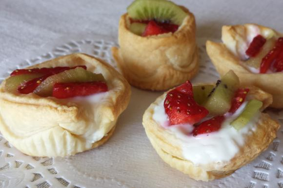 Cestini di sfoglia con yogurt, fragole e kiwi