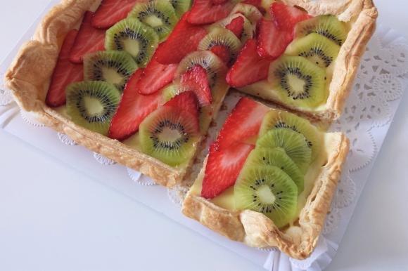 Torta sfogliata con crema pasticcera, fragole e kiwi