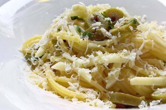 Spaghetti piccanti con olive verdi e pecorino