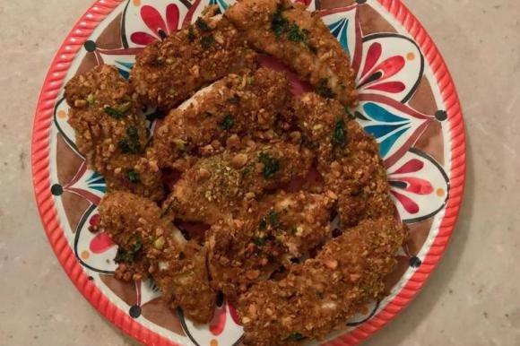 Straccetti di pollo impanati con pane integrale, mandorle e pistacchi
