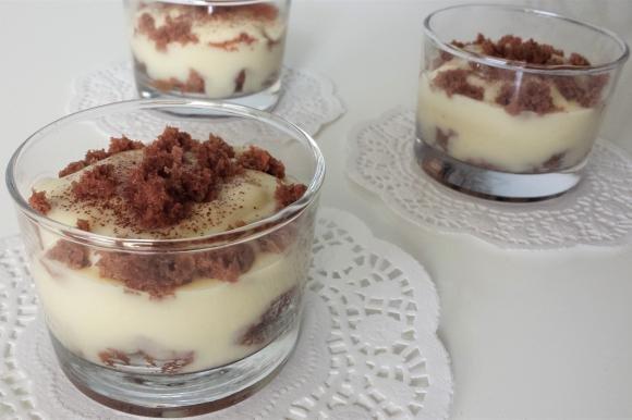 Coppette al Baileys con crema pasticcera e torta al cacao
