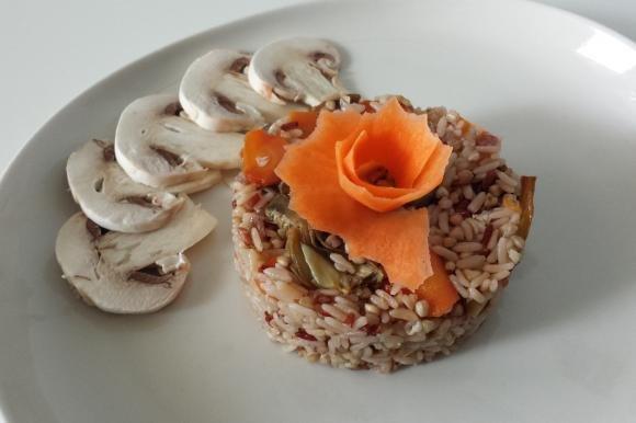 Riso rosso e farro con carote, funghi e carciofi