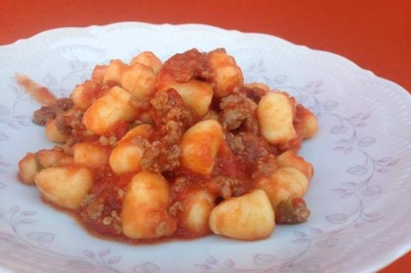 Gnocchi al sugo di pomodoro piccante, salsiccia e pecorino