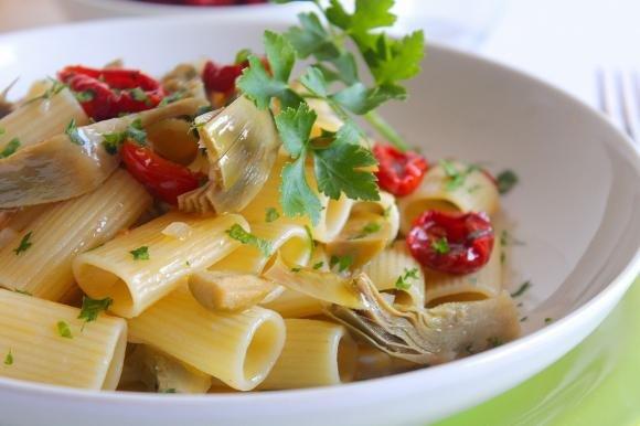 Rigatoni con carciofi, pomodorini secchi e olive verdi