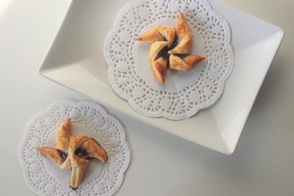 Girandole di pasta sfoglia con marmellata ai lamponi