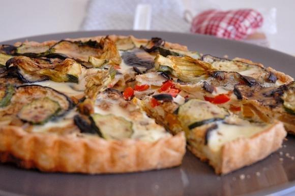 Torta salata al timo con verdure mediterranee
