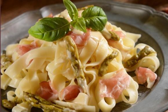 Tagliatelle asparagi e pancetta