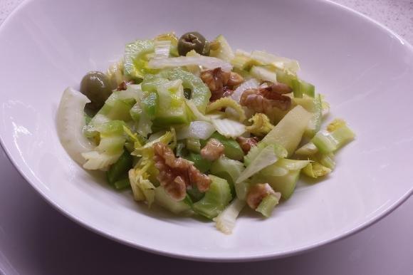 Insalata di sedano, mela verde, finocchi, olive e noci