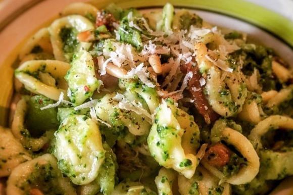 Orecchiette con broccoli e pinoli