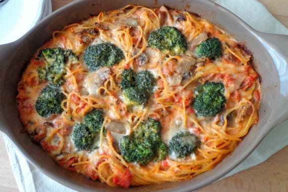 Spaghetti al forno con broccoletti, prosciutto cotto e champignon