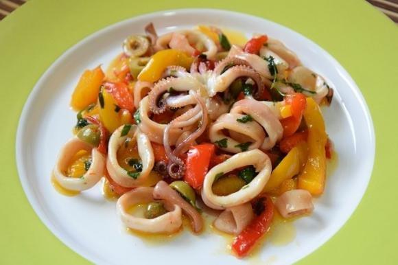 Calamari con peperoni, olive e capperi