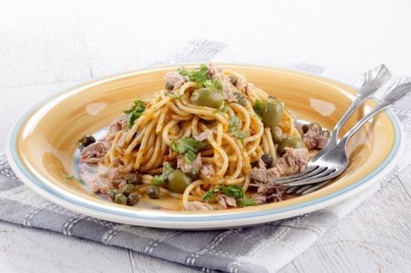 Spaghetti tonno, olive e capperi