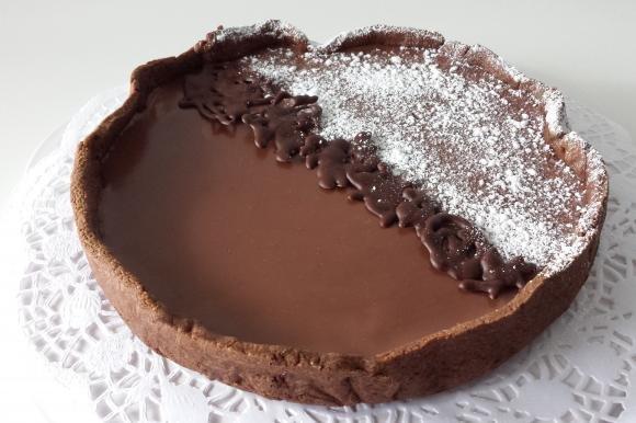 Crostata al cacao con pere caramellate e ganache fondente