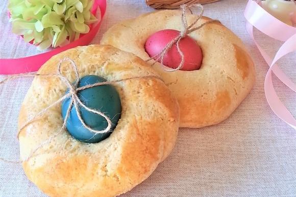 Cuzzupe pasquali con uova colorate