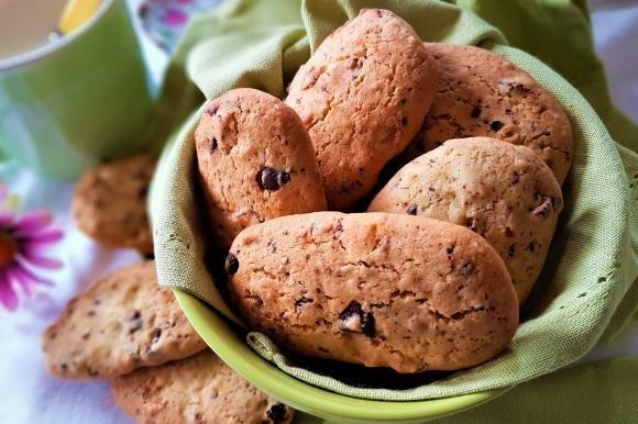 Biscotti con farina di riso, frutta secca, uvetta e cioccolato
