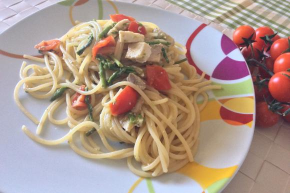 Spaghetti con asparagi, pesce spada e pomodorini