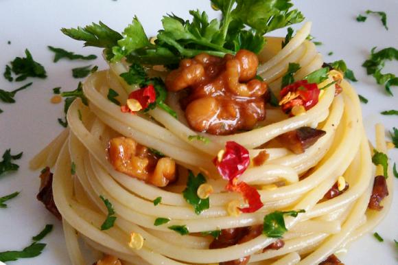 Spaghetti aglio, olio, noci e peperoncino