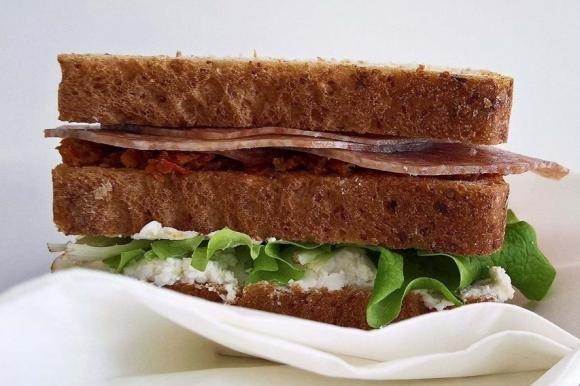 Club sandwich con salame, robiola, pesto di pomodori secchi e insalata