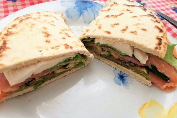 Piadina con salmone affumicato, zucchine grigliate e mozzarella