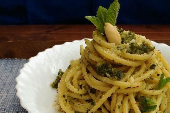 Spaghettoni con pesto alla menta e mandorle