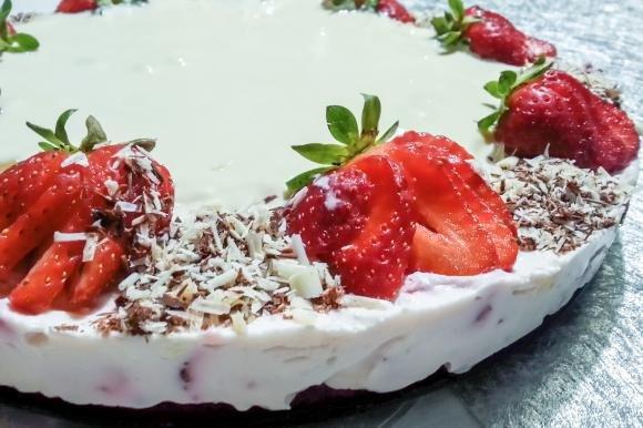 Torta fredda con crema al mascarpone, fragole e ganache al cioccolato bianco