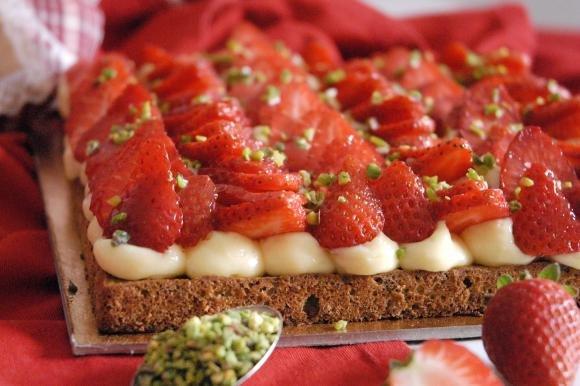 Dacquoise al pistacchio con crema e fragole fresche